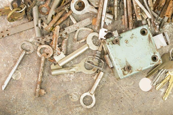 Many old keys and locks.