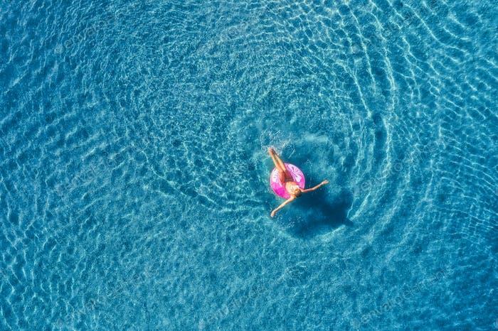 Luftaufnahme der jungen Frau schwimmen im Meer mit transparenten