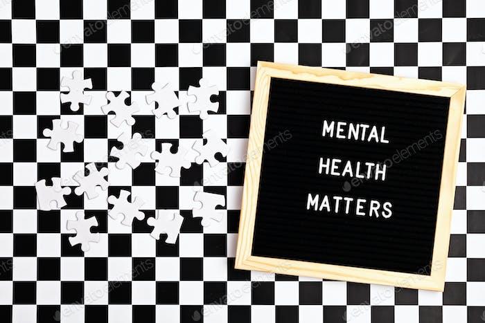 La salud mental importa cita motivacional en el tablero de cartas. Inspiración texto psicológico con