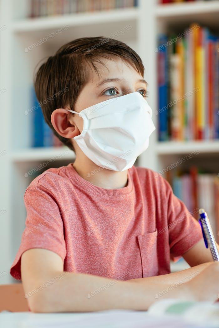 Kind selbst studiert während des Coronavirus-Ausbruchs.