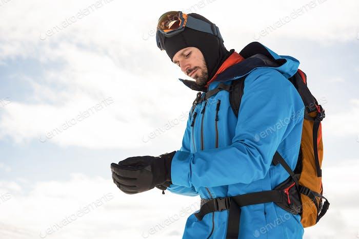 Esquiador con guantes de Mano