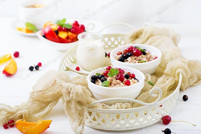 Lecker und gesunder Haferbrei mit Beeren und Leinsamen.