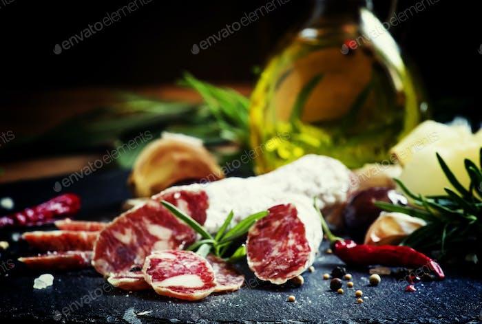Ruckelte italienische Salami mit Rosmarin