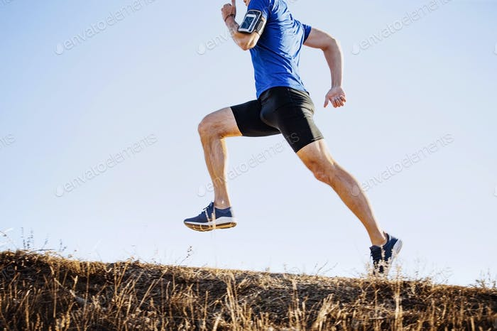 männlicher Läufer bergauf