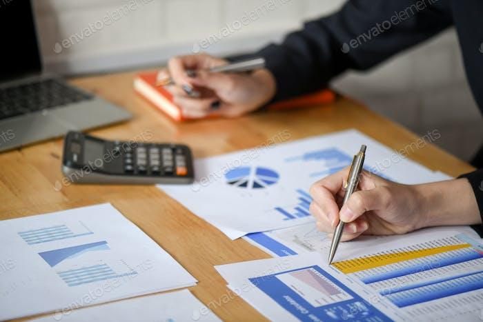 Das weibliche Mitarbeiterteam analysiert die Grafik im Büro.