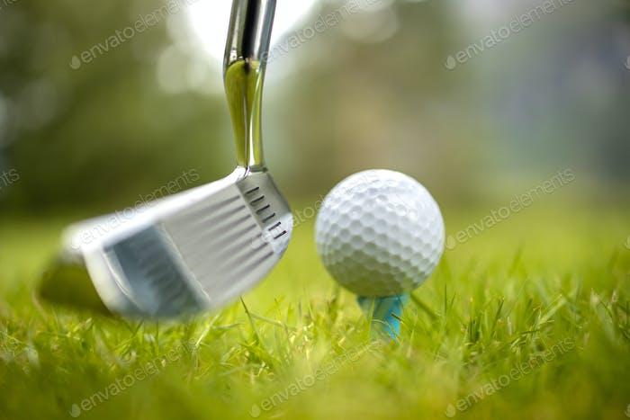 Golfball auf dem Abschlag vor dem Fahrer