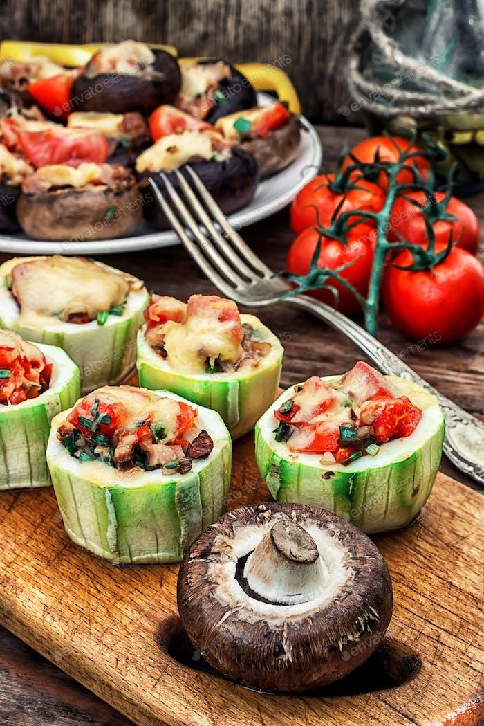 Einfache Vorspeise von Pilzen gefüllt mit Käse, Knoblauch und Tomaten