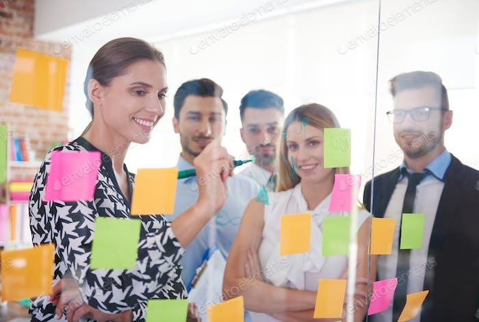Büroangestellte und bunte Papiere