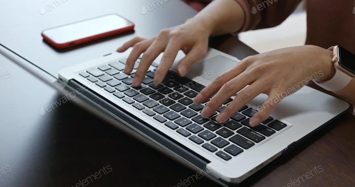 Frau arbeiten auf Laptop-Computer