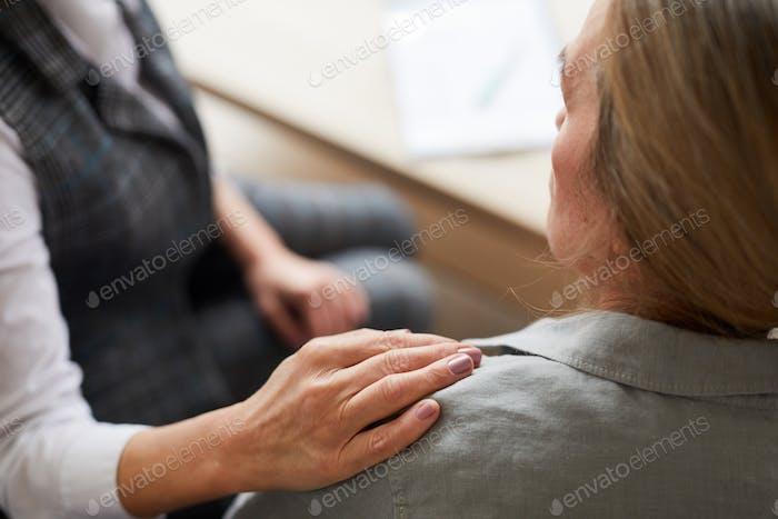 Psicóloga de cuidado reconfortante paciente femenino