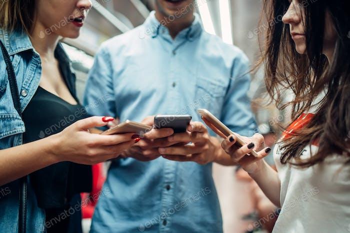 Telefon süchtig Jugend mit Gadgets in der U-Bahn