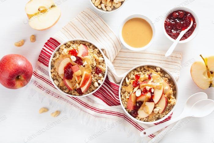 Apfel Erdnussbutter Quinoa Schüssel mit Marmelade und Cashew für gesundes Frühstück
