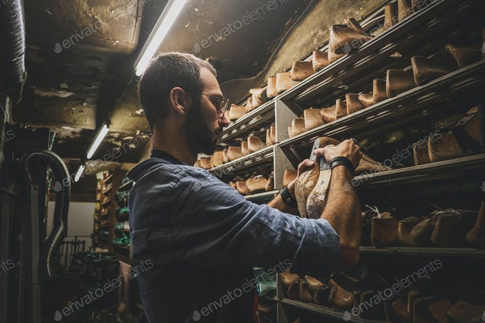 Cobbler is looking for right shoe form