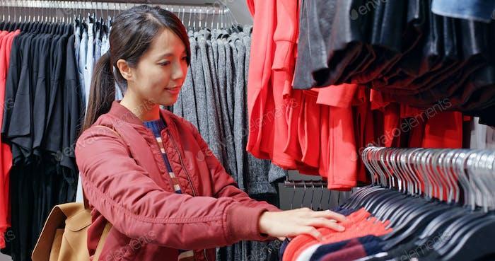 Женщина магазин в модном бутике