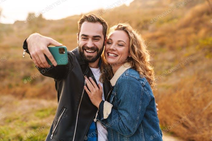 Schöne junge glücklich stilvolle Paar tragen Jacken