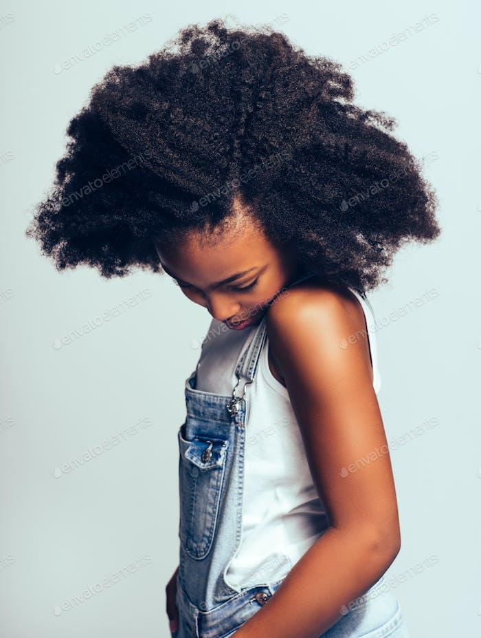 schüchtern junge afrikanische Mädchen stehen seitwärts und Blick nach unten