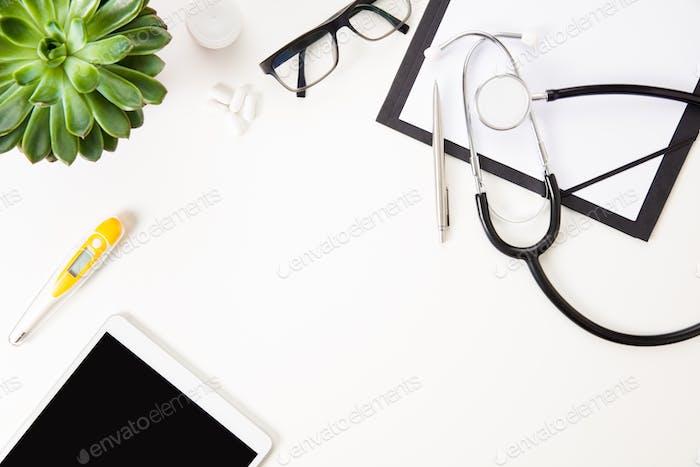 Digitale Tablette von Thermometer und medizinischen Instrumenten auf weißem T
