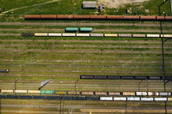 Luftaufnahmen von Eisenbahnschienen und Autos.Draufsicht von Autos und Bahn.Minsk.Weißrussland