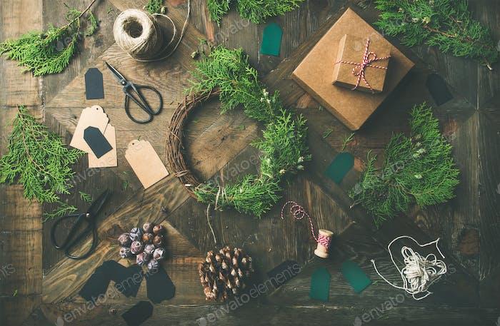 Flach Lay von Weihnachten und Neujahrsdekoration, Holzhintergrund