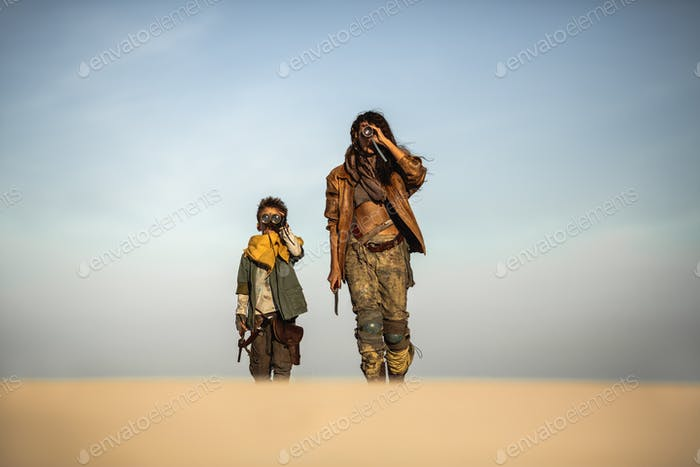 Post-apokalyptische Frau und Junge im Freien im Ödland
