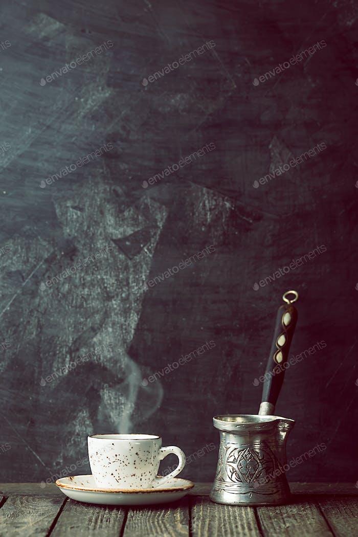 taza de café y cafetera vieja