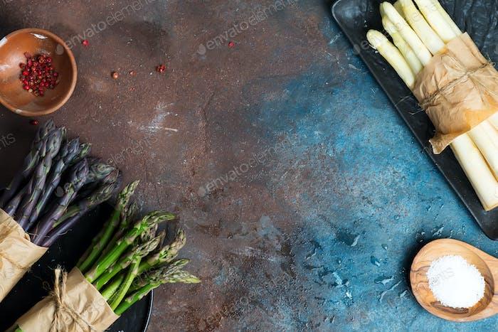 Homegrown frische natürliche Farbe organische Spargelspeere auf einer Schieferplatte mit Räumen auf einem Stein