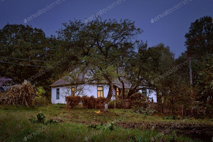 Alte Hütte im Dorf Herbst Abendszene
