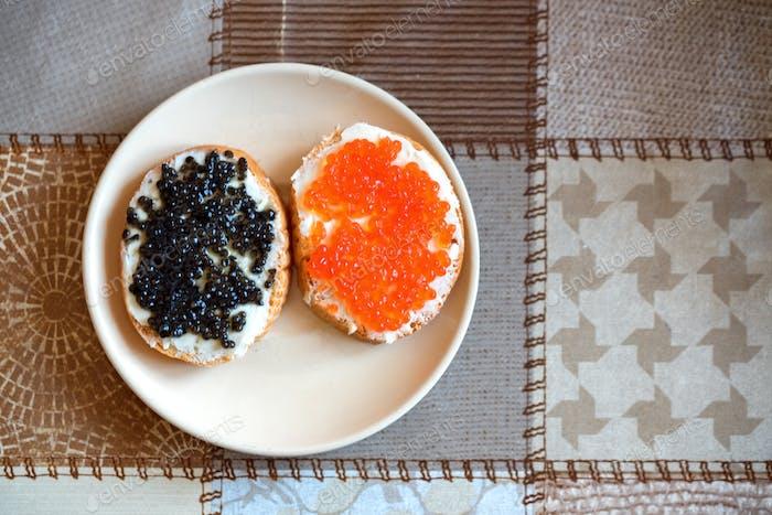 Sandwiches mit rotem und schwarzem Kaviar