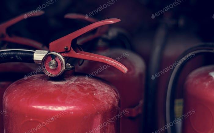 Nahaufnahme von roten Feuerlöschern