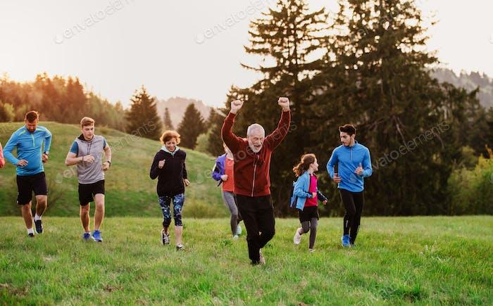 Große Gruppe von Menschen Langlauf in der Natur