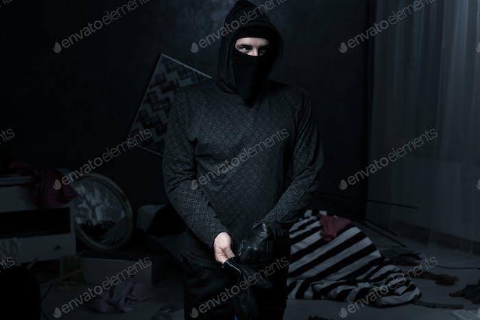 Ladrón en una habitación Oscuro