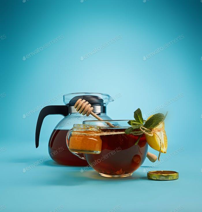 El té de hierbas sobre un Fondo azul