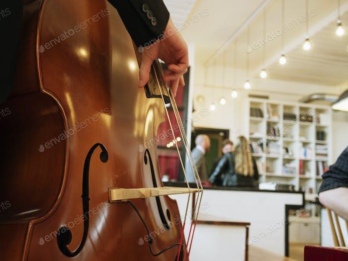 Человек держит скрипку