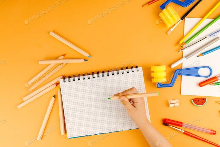 Kleine Kinderhandzeichnung auf dem Papier