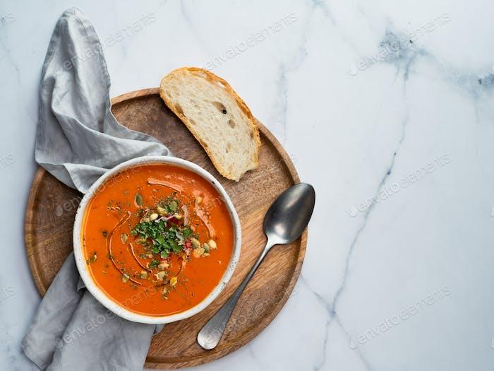 Gaspacho Suppe auf hellem Marmor, Draufsicht