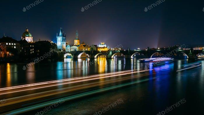 Nacht Panoramablick auf die beleuchtete Karlsbrücke in Prag, Cz