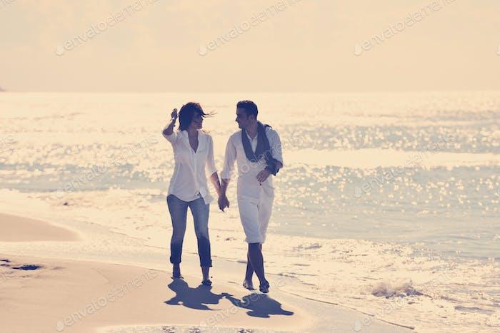glücklich junge paar haben Spaß am schönen Strand