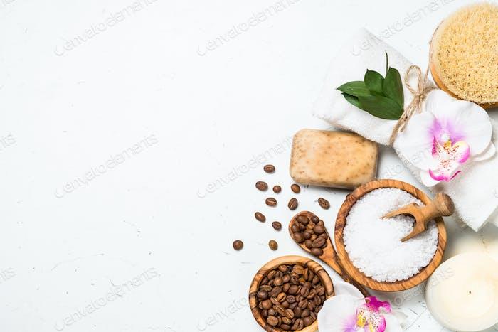 Natürliche Kaffee-Kosmetik auf weißem Hintergrund