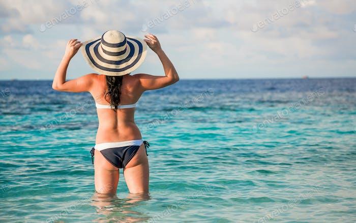 Frau und tropischen Strand auf den Malediven.