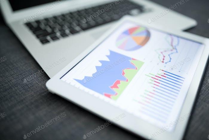 Business Charts und Diagramme auf digitalem Tablet