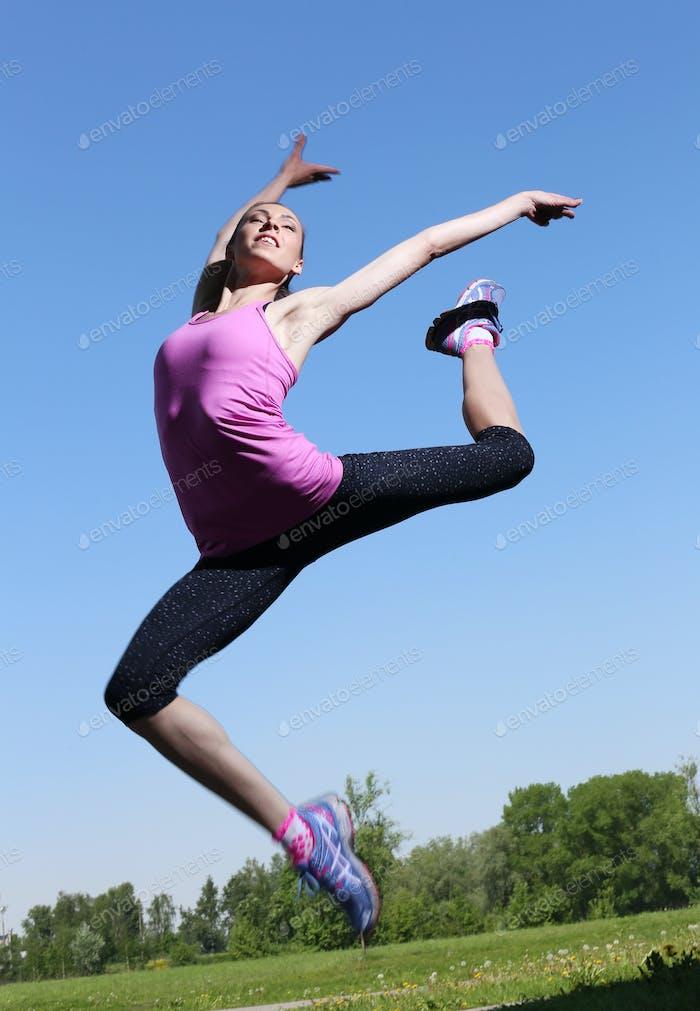 Спорт. Привлекательная девушка в воздухе