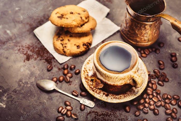 Schwarzer Kaffee auf einem dunklen Hintergrund