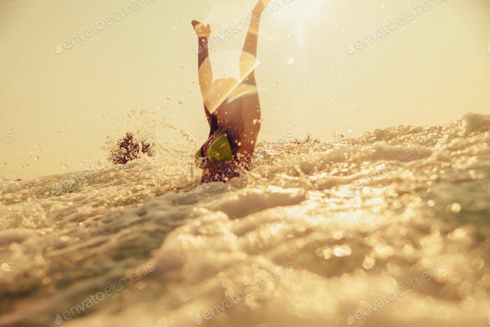 sexy Bikini Mädchen schwimmen Meer Wellen Splash Vintage Ton