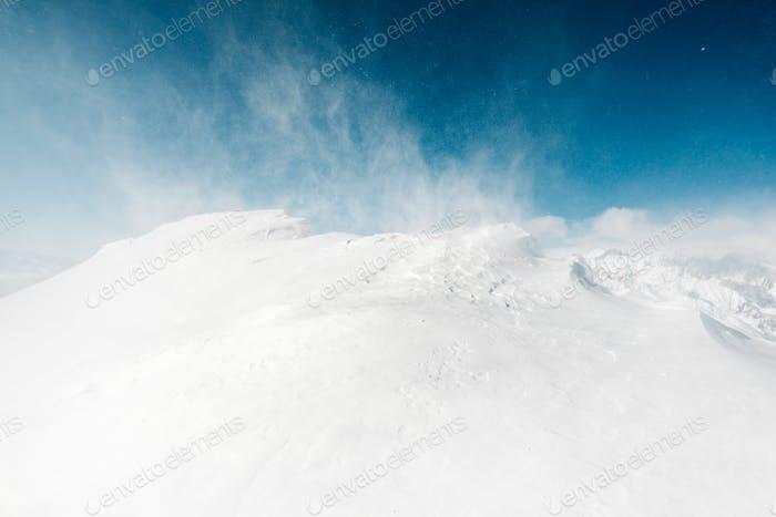 schöne Schneeansicht mit Schneesturm