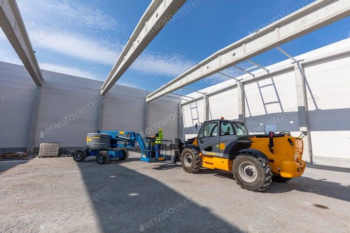 Lagerbau mit Industriefahrzeugen.