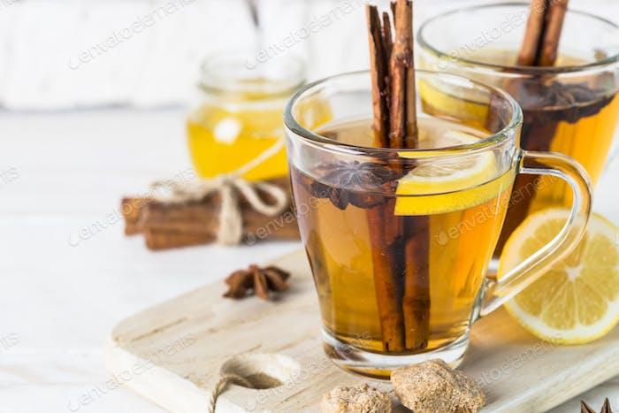 Herbst heißer Tee mit Zitronenhonig und Gewürzen