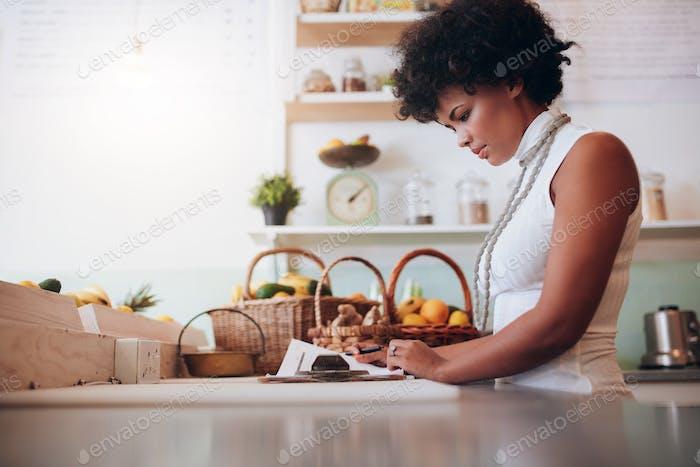 Weibliche Saftbar Besitzer tun Konto