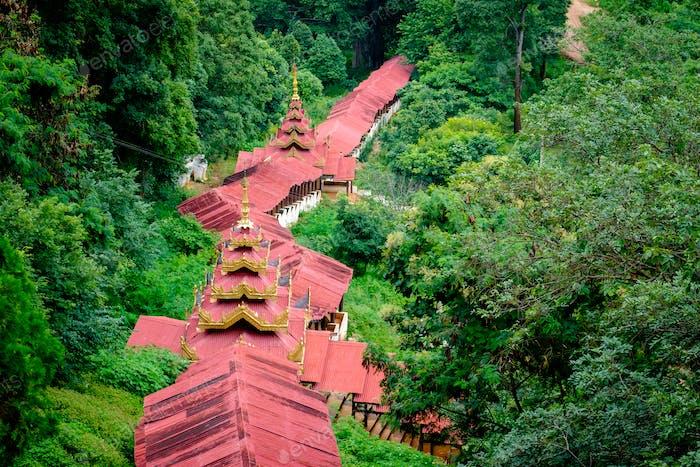 Blick auf die schöne Treppe zu Pindaya Höhlen