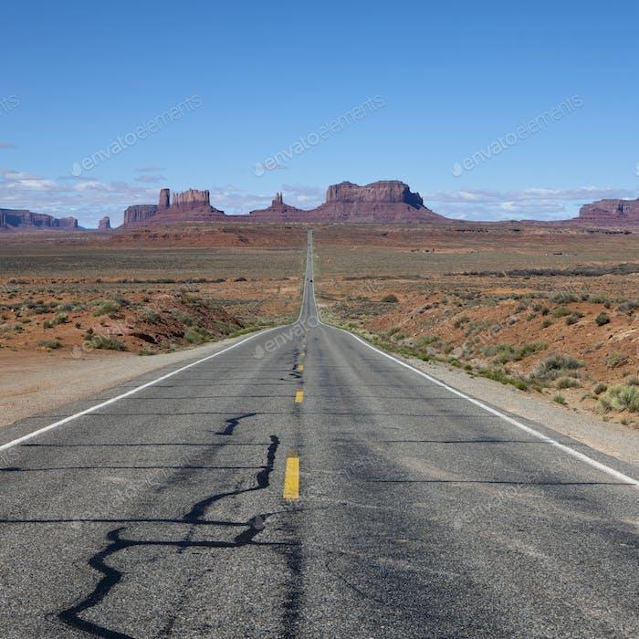 Straße durch eine karge Wüstenlandschaft
