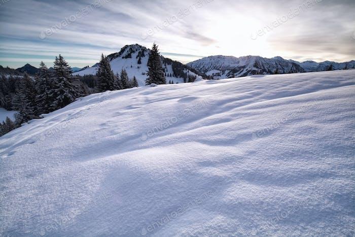 verschneite Hügel in den Alpen